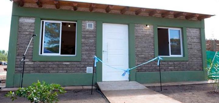 Se inaugur en argentina la primera casa constru da con for Casas de plastico para ninos